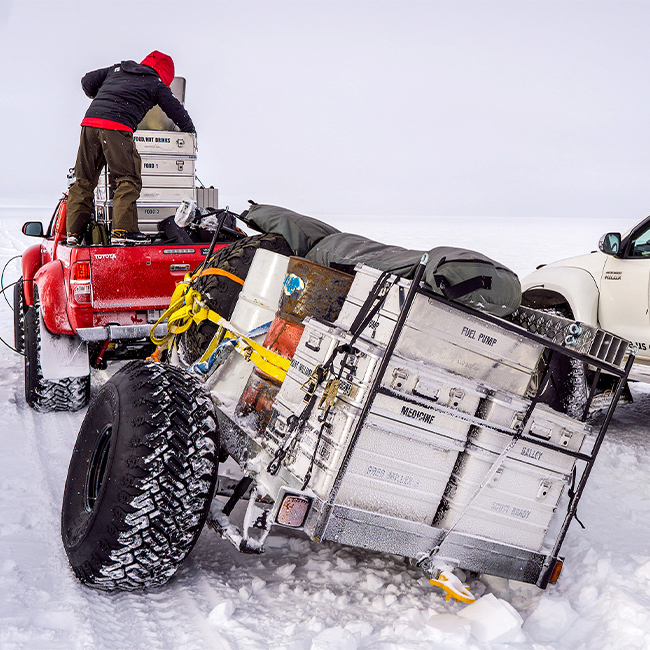 Alubox.com Expeditions 7 to Greenland, ekspeditions kasser_changing tire in the wild snow